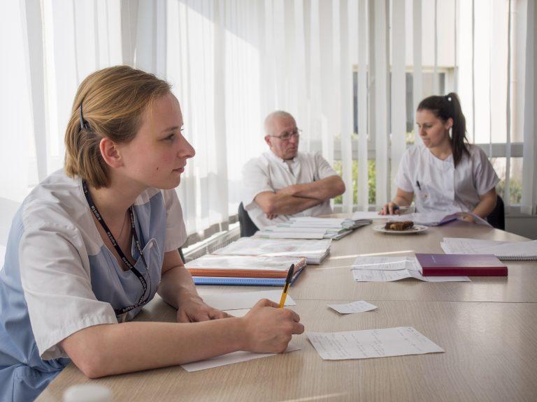 EHPAD, Les Jardins du Crinchon de Achicourt (Pas de Calais), Groupe AHNAC. Infirmiere, aide medico psychologique et etudiante infirmiere (dasn le fond) pendant les transmissions.